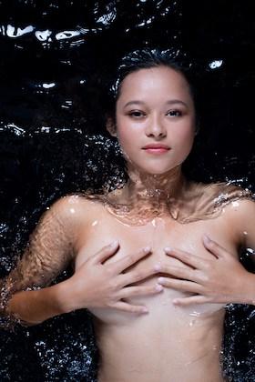Melati Wijsen in water
